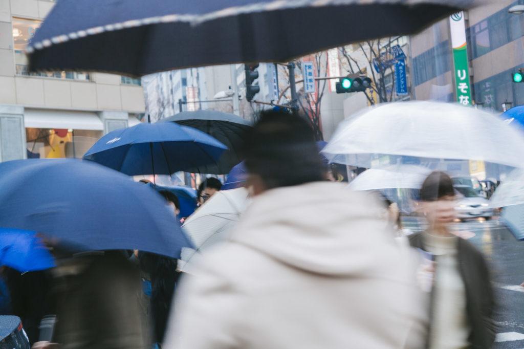 雨の中の通勤風景