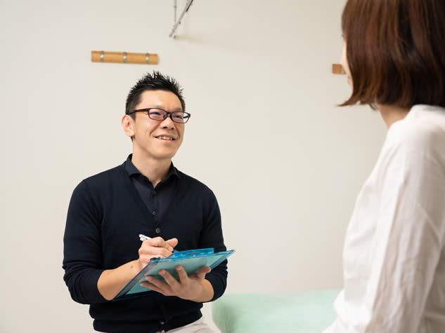 鍼灸の問診をしている鍼灸師