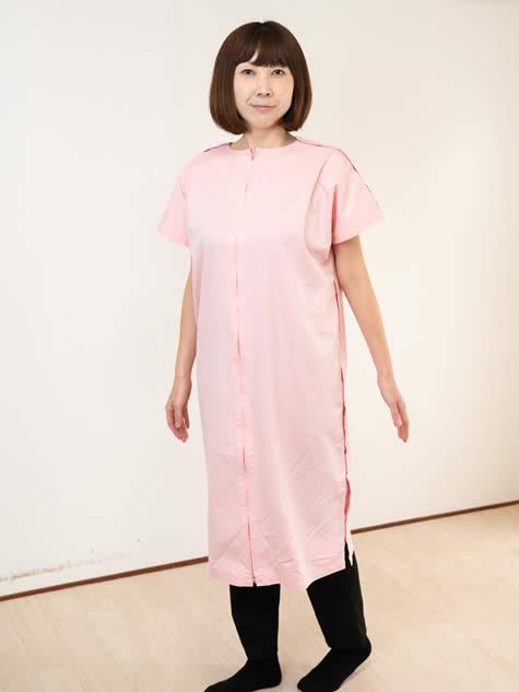 鍼灸用の施術着を着用している女性